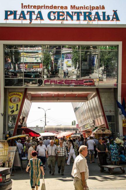 Intrarea în Piaţa Centrală dintre strada Armenească FOTO Sandu Tarlev