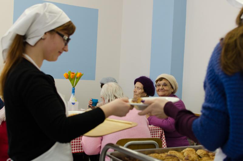 Asistenții sociali și voluntarii servesc prânzul. FOTO: Sandu Tarlev