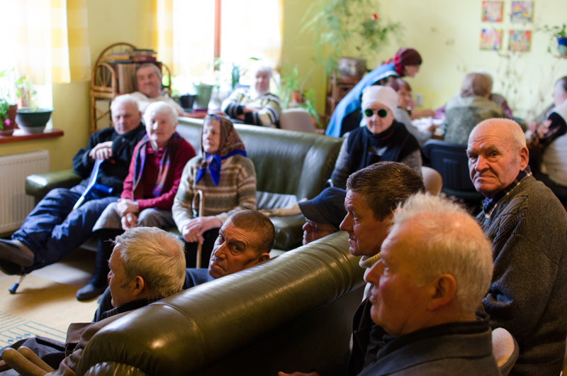 Bătrânii privesc televizorul. FOTO: Sandu Tarlev