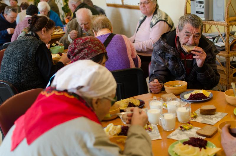 Bătrânii nevoiași din orașul Strășeni mănâncă la centrul social un prânz gratuit. FOTO: Sandu Tarlev