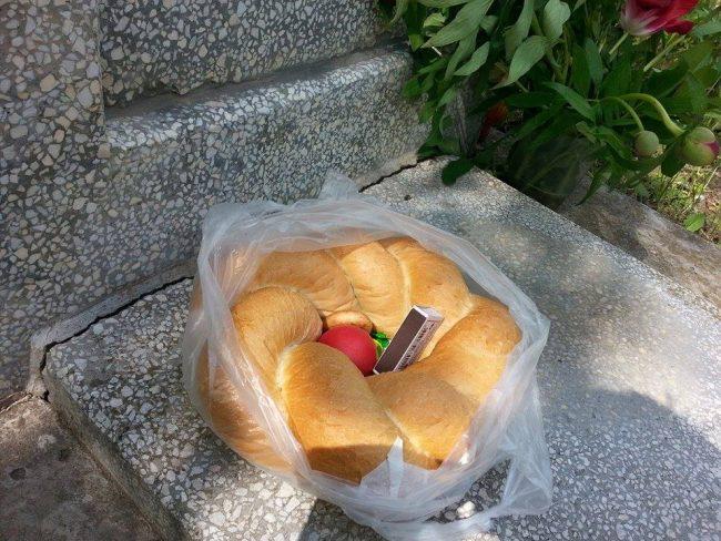 Pâine și dulciuri de sufletul celor adormiți. FOTO: Natalia Munteanu