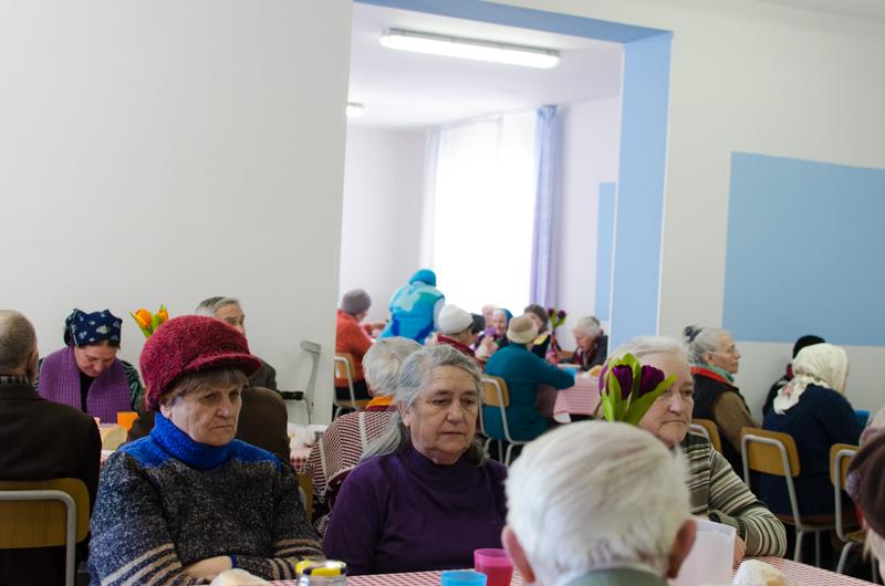 Persoanele în etate mănâncă în cantina socială de la Casa Providenței. FOTO: Sandu Tarlev