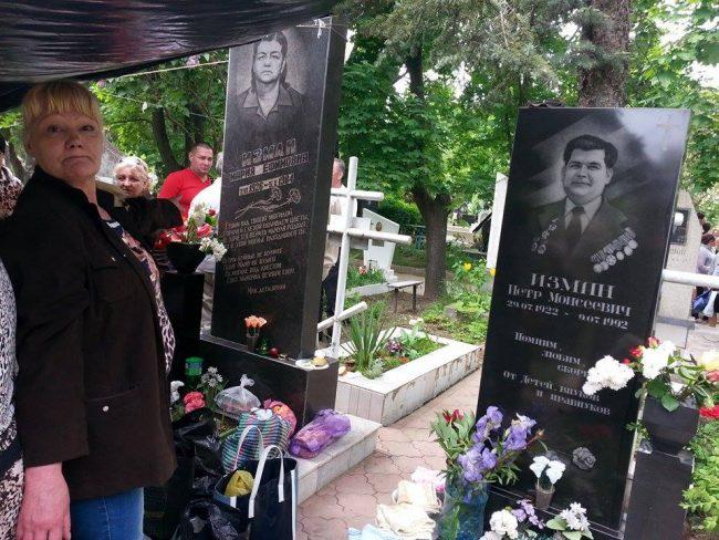 Familia cu 14 frați și surori la mormântul părinților. FOTO: Natalia Munteanu