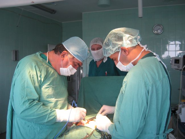Vladimir Hotineanu în timpul transplantului de ficat. FOTO: Spitalul Republican din Chișinău