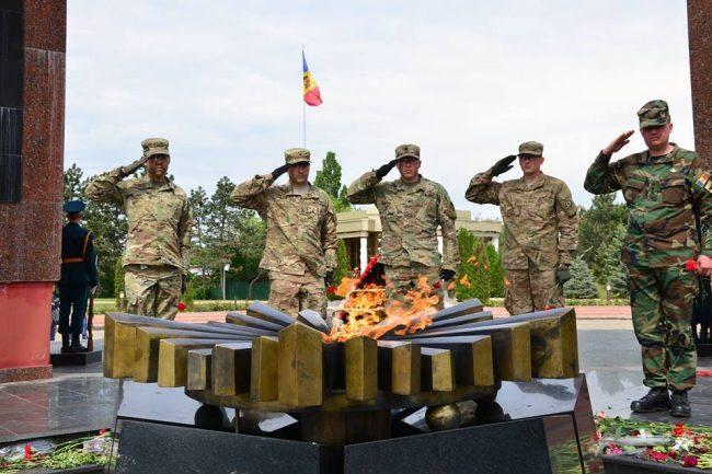 Militarii americani, alături de militarii Armatei Naționale au comemorat victimele celui de-al Doilea Război Mondial la Chișinău FOTO: Ministerul Apărării al Republicii Moldova