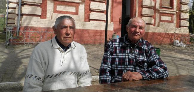 Voluntari la biserica din sat. FOTO: Natalia Munteanu