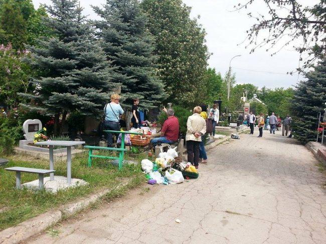 Gunoiul de la marginea drumului. FOTO: Natalia Munteanu
