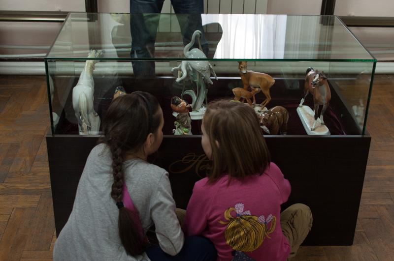 Copiii se uită la figurinile din porţelan. FOTO: Sandu Tarlev