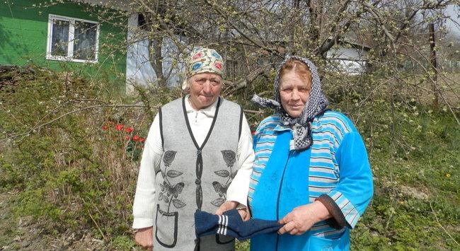 Vecinele, care se ajută una pe alta, din satul Costuleni. FOTO: Natalia Munteanu