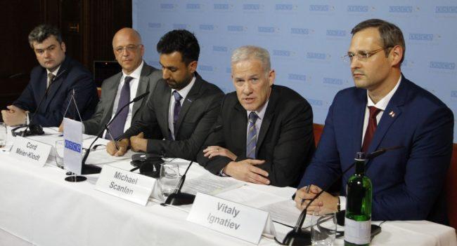 Participanții la negocierile de la Berlin, 2-3 iunie 2016, de la stânga la dreapta: Gheorghe Balan, Reprezentantul politic din partea Moldovei; Cord Meier-Klodt, Reprezentantul Special al Președintelui în exercițiu al OSCE din partea Germaniei; Shiv Sharma, Adjunctul interimar al purtătorului de cuvânt al OSCE; Michael Scanlan, șeful Misiunii OSCE în Moldova și Vitalii Ignatiev, Reprezentantul politic din partea Transnistriei. Sursa foto.