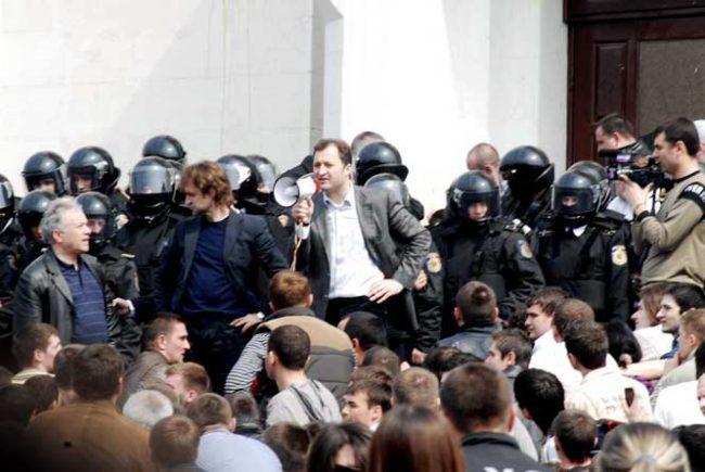 Vlad Filat a participat activ la protestul din 7 aprilie 2009. Sursa foto.
