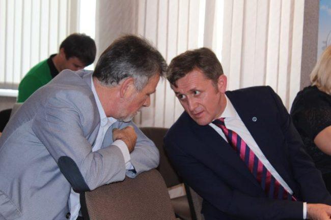 Iurie Ciocan, în discuție cu deputatul Tudor Deliu Sursa foto.