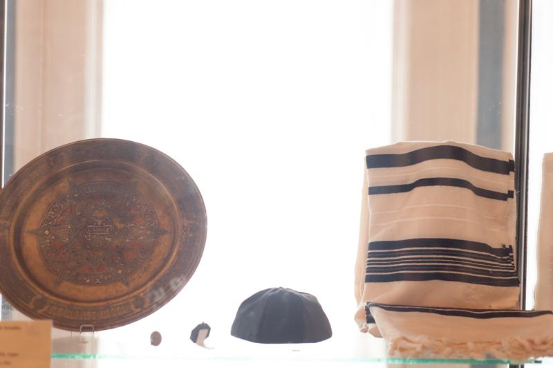 Obiecte din cultura iudaiștilor. Platou folosit la Iudei în seara de Pesah. Anul 1911 FOTO Sandu Tarlev