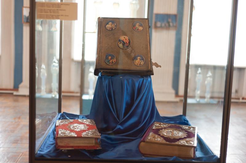 Un set de Evanghelii păstrate în expoziția fostului Muzeu al Ateismului FOTO Sandu Tarlev