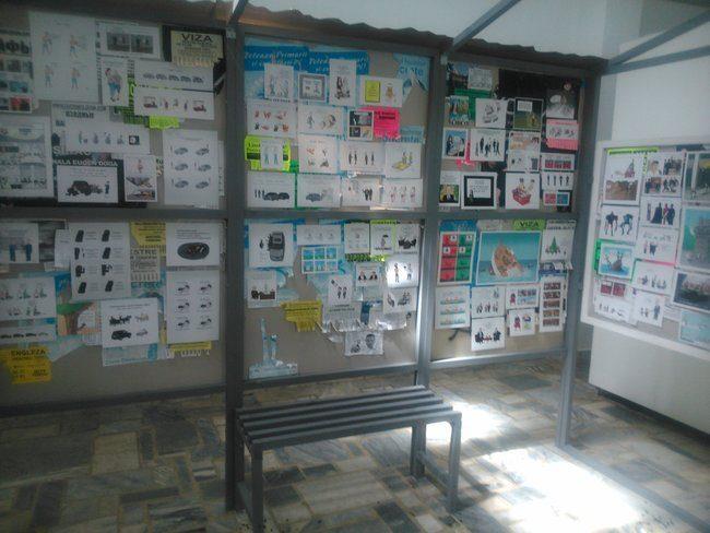 Alex a ales să-și prezinte lucrările prin intermediul unei instalații ce prezintă o stație de troleibuz