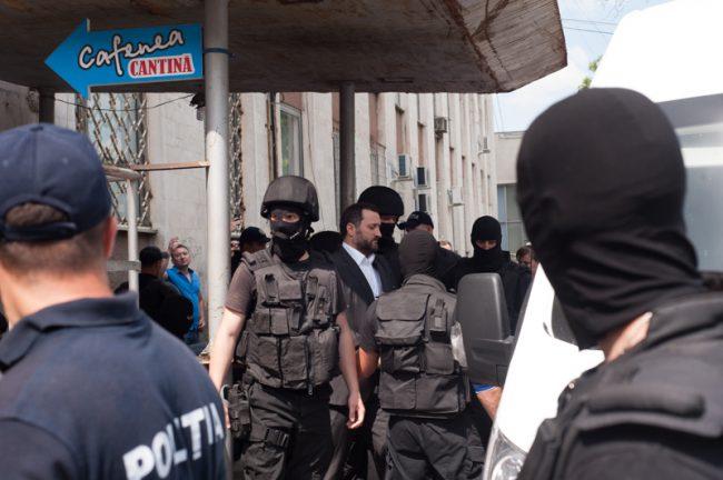 Vlad Filat, urcat în mașină după pronunțarea sentinței, 27 iunie 2016 FOTO: Sandu Tarlev