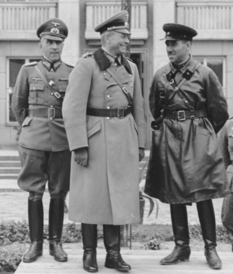 Generalul nazist Heinz Guderian și generalul sovietic Simion Krivoșein se bucurau împreună pe 22 septembrie 1939 la Brest-Litovsk de nimicirea Poloniei Sursa foto