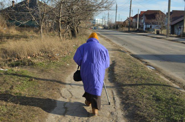 O bătrână din Chișinău a ajuns la mila vecinilor după ce copiii pe care i-a crescut singură au uitat de ea FOTO Sandu Tarlev