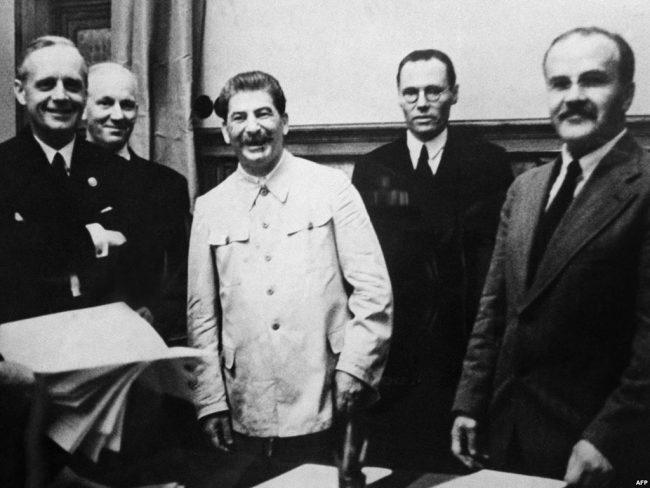 Semnarea Pactului Ribbentrop-Molotov. La stânga: Joachim von Ribbentrop și Iosif Stalin. Sursa foto