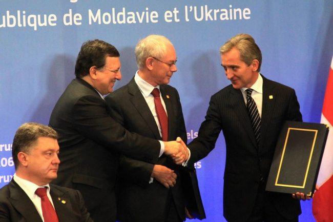 Fostul prim-ministru Iurie Leancă și președintele Comisiei Europene, Jose Manuel Barroso, își strâng mâna după semnarea Acordului de Asociere UE-RM. Sursa foto