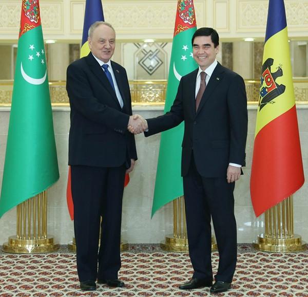 Nicolae Timofti și președintele turkmen, Gurbangulî Berdîmuhamedov Sursa foto