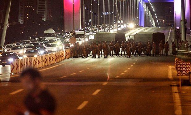 Grupul de militari au blocat podurile care leagă Europa de Asia Sursa foto