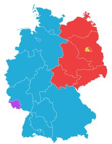 Dezmembrarea Germaniei în 1949. Viitoarea Germania de Vest (albastru) consta din zonele de ocupație americană, britanică și franceză (fără Saarland [violet], care s-a realăturat Germaniei de Vest în urma unui referendum), iar Germania de Est (roșu) era formată din zona sovietică de ocupație (cu excepția părții vestice a Berlinului [galben]). Sursa Wikipedia