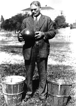 James A. Naismith, medicul și pedagogul canadian care a inventat baschetul la colegiul л преподавать анатомию и физкультуру в Международном тренировочном колледже молодежи YMCA в городке Спрингфилд (штат Массачусетс)[2].
