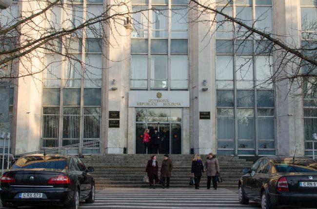 Bugetari în fața clădirii Guvernului. Martie 2016 FOTO Sandu Tarlev