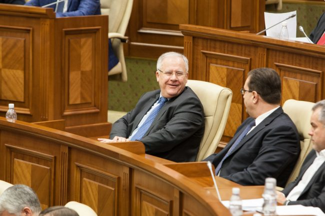 Democratul Dumitru Diacov, în Parlament FOTO Sandu Tarlev