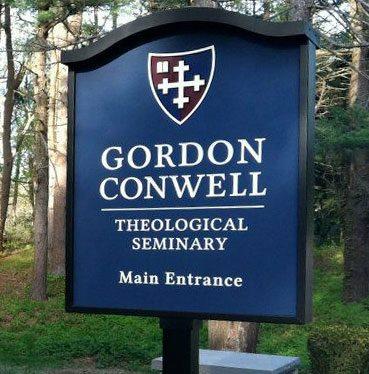 ( Gordon-Conwell a fost acreditată de către Asociația Școlilor de Teologie din Statele Unite și Canada din 1964, precum și de către Noua Asociație Engleză de școli și universități (New England Association of Schools and Colleges în 1985). Instituția de învățământ Gordon-Conwell a fost fondată de predicatorul baptist american Adoniram Judson Gordon (1836-1895) și un alt adept al baptismului, Russell Herman Conwell. Tatăl lui Gordon a fost diacon baptist John Calvin Gordon.