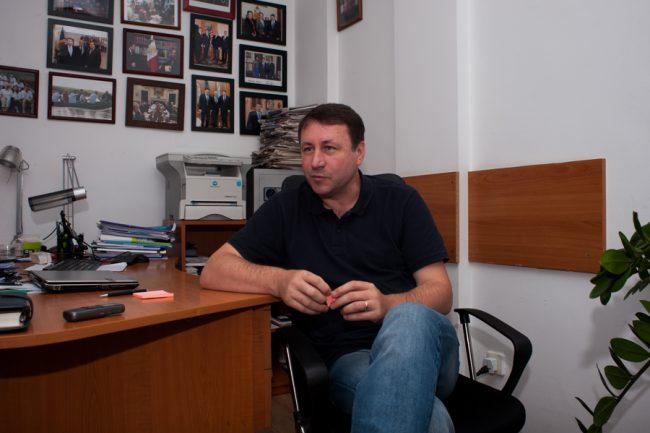 Igor Munteanu, în dialog cu reporterul moldNova FOTO Sandu Tarlev
