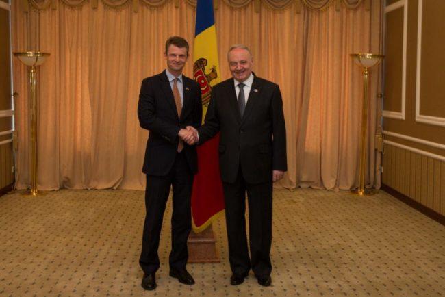 Președintele Republicii Moldova, domnul Nicolae Timofti, l-a primit astăzi,11 iulie a.c., la Reședința de Stat, pe Ambasadorul Extraordinar și Plenipotențiar al Regatului Unit al Marii Britanii și Irlandei de Nord în Republica Moldova, domnul Phil Batson, aflat la sfârșit de mandat - See more at: http://presedinte.md/rom/presa/presedintele-timofti-l-a-primit-pe-ambasadorul-marii-britanii#sthash.xNGL5KWZ.dpuf