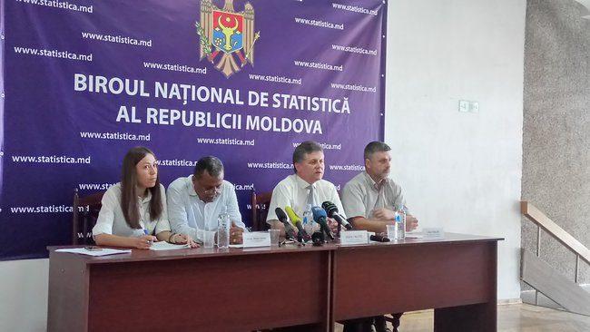 Expertul internațional Anwar Farhan, directorul BNS, Vitalie Valcov și șeful Secției metode statistice, Lilian Galer.FOTO: moldNova