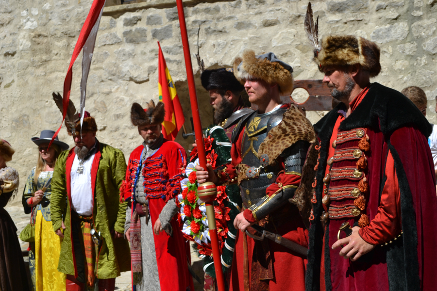 Participanții din clubul Poloniei își prezintă costumele. FOTO Tatiana Mitrofan