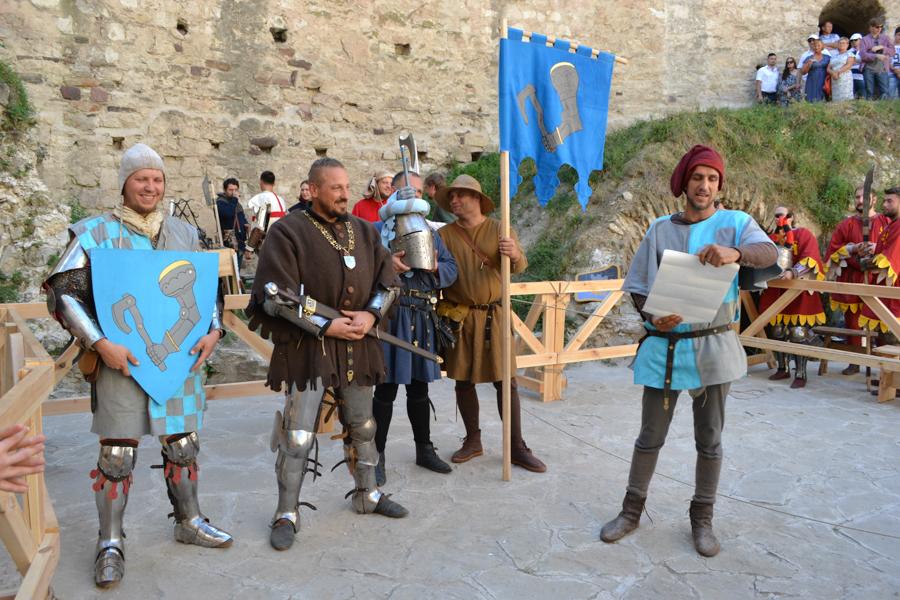 Înainte de luptă, cavalerului i se aduc armele și i se citesc distincțiile în fața publicului. FOTO Tatiana Mitrofan
