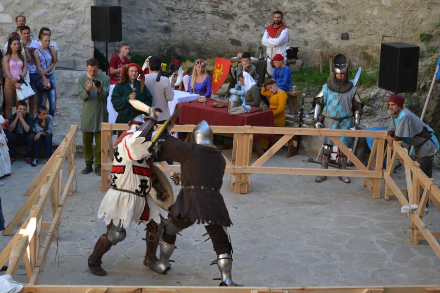 Cavalerii își dedică lupta în cinstea doamnelor. FOTO Tatiana Mitrofan