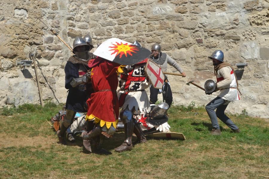 Confruntări între cavaleri, sub pereții cetății. FOTO Tatiana Mitrofan