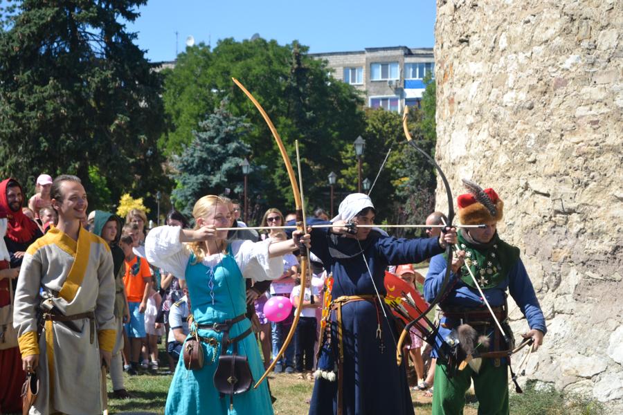 Participantele festivalului arată cum mânuiesc arcul. FOTO Tatiana Mitrofan
