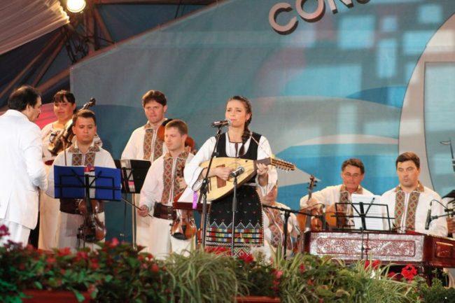 Stela Botez, la un concurs în România alături de Orchestra Lăutarii condusă de Nicolae Botgros FOTO Arhiva personală