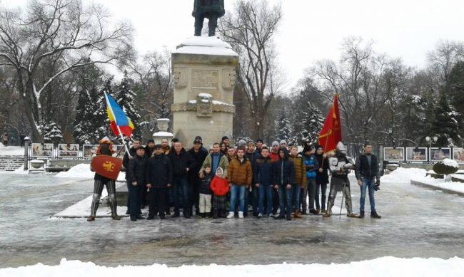 """Mişcarea de Tineret """"Voievod"""", Federaţia de Luptă Naţională """"Voievod, Asociaţia """"Scutul Moldovenesc"""", Asociaţia """"Guvernul Tinerilor""""și Fundația pentru Dezvoltare Ecologică """"Ecodava din Republica Moldova la picioarele monumentului lui Ștefan cel Mare"""