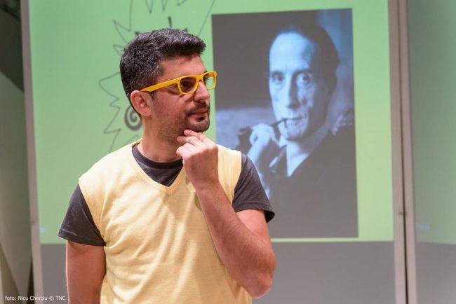 Actorul Bogdan Rădulescu în rolul unui critic de artă. Sursa foto