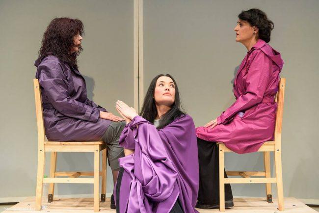 """Scenă din spectacolul """"Call it art"""" inspirată din performance-ul Marinei Abramovici. Sursa foto"""