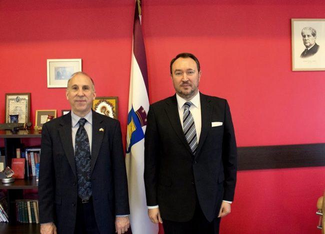 Dl. James D. Pettit (din stânga), Ambasador al SUA în Republica Moldova împreună cu Președintele Curții Constituționale, Alexandru Tănase. Foto: Profil Facebook