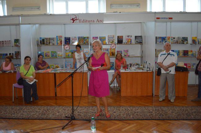 Scriitoarea însumează nobletea unei parizience și spontanietatea românească. FOTO: Arhivă personală