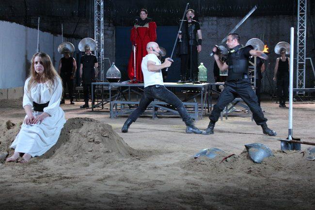 """O scenă de luptă din spectacolul """"Hamlet Process"""". FOTO: DIP"""