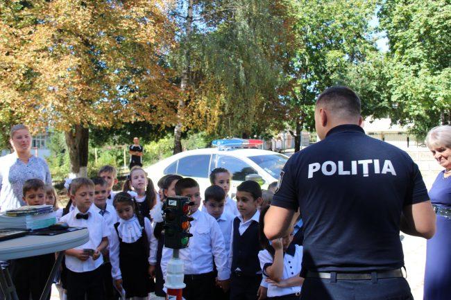 Polițiștii le-au spus elevilor ce să facă pentru a fi în siguranță Surs FOTO: igp.gov.md