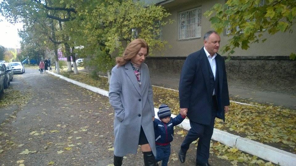 Igor Dodon alături de soția și fiul său. FOTO: moldNova