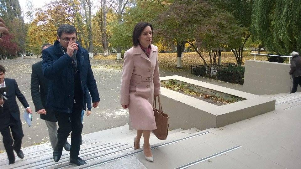 Maia Sandu a venit la secția de vot însoțită de doi colegi de partid. FOTO: Ion Surdu