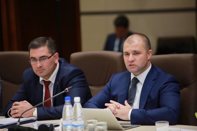 Ministrul Justiției, Viorel Cibotari (din dreapta) și Marcel Roșioru. Foto Parlament